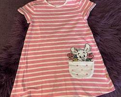 Rosa kortärmad klänning med vita ränder, prickig ficka och fint broderi och applikation av Lille Skutt med blommor från Lindex stl 116