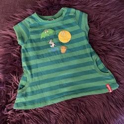 Grönrandig kortärmad klänning med Barbapapatryck från Varför Därför stl 92                   k,