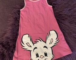 Rosa ärmlös klänning med Lille Skuttryck från Lindex stl 104