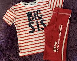 Vit- och rödrandig t-shirt med mörkblått texttryck och röda shorts med vita revärer och texttryck från HM stl 98/104