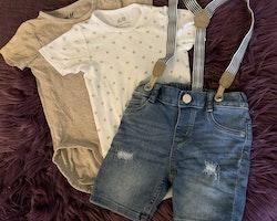 3 delat paket med två kortärmade bodies i beige resp vit med beigea stjärnor samt ett par denimshorts med hängslen från HM stl 74