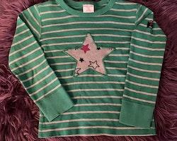 Grön och grå randig tröja med en stjärnapplikation med stjärnor i svart, gult och rosa samt ett par rosa mjukisbyxor från PoP stl 98