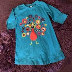 Turkos tunika/klänning med färgglad påfågel och ett par turkosa leggings från PoP stl 104