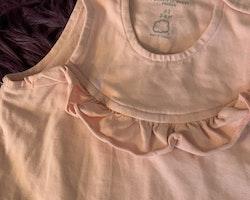 Ljusrosa ärmlös jumpsuit med volanger från PoP stl 62