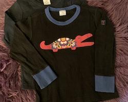 3 delat paket med en helsvart tröja, en svart tröja med blå kantband, muddar och en Kurbits krokodil samt ett par röda mjukisbyxor från PoP stl 98