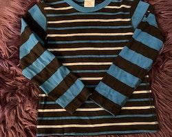 3 delat paket i svart, vitt och olika blå toner med en tröja, ett par byxor och en tunn vårjacka från PoP stl 104