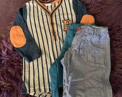 3 delat mestadels blått paket med ett par byxor, ett par mjukisbyxor och en baseballtröja från PoP stl 98 + 104