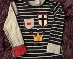 3 delat randigt riddarpaket i mestadels svart, vitt och grått med två tröjor och ett par leggings från PoP stl 98