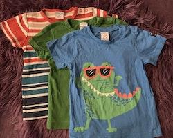 3 delat t-shirt paket i mestadels blått, grönt och orange med ränder och en krokodil från PoP stl 92