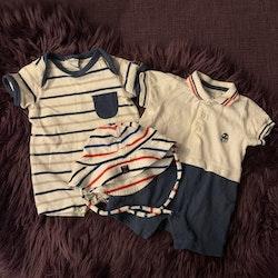 3 delat paket med två kortärmade/kortbenta jumpsuits i mestadels vitt och blått samt en solhatt från PoP stl 50