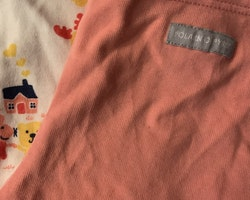 Vit kortärmad klänning med mestadels gult och rosa djurmönster och rosa leggings från PoP stl 62 + 68