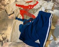 Set med vit t-shirt och trefärgat spindelmannentryck samt blå shorts med spindeltryck från Adidas stl 104