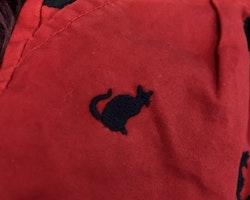 Röda shorts med mörkblå broderade katter från Junior J stl 4-5 år (110)