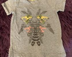 Grå t-shirt med flerfärgad tryck från Name It stl 104