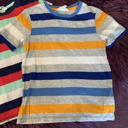 Två färgglada randiga t-shirts från HM stl 98/104