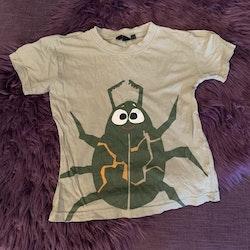 Grön t-shirt med insektstryck frånÅhléns stl 98/104