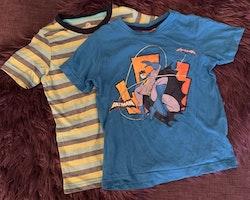 En flerfärgad randig t-shirt och en blå med Batmantryck stl 98/104
