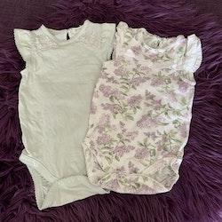 3 delat paket med två bodies i mint och med syrenblommor och ett par vita leggings från Newbie stl 68