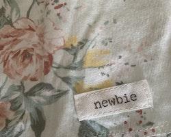 3 delat paket med en body, en tunika och ett par leggings i vitt, aprikost, grönt och gult från Newbie stl 62