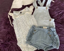 4 delat paket i blått och vitt med en body, ett par hängselshorts, denimshorts och en solhatt från Newbie stl 62 + 40/42