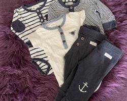 5 delat paket i blått och vitt bestående av två bodies, en tröja och två par byxor från Newbie stl 68