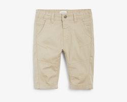 Beigea längre shorts i chinosmodell från Newbie stl 122