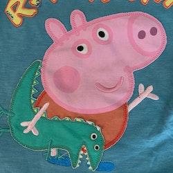Blå t-shirt med Georg applikation och dinosaurietaggar på ryggen från M&S stl 92