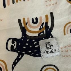 Vit t-shirt med mönster av sengångare och regnbågar i svart, senapsgult, rosa och grått från Malutt stl 98