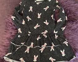 Svart klänning med volanger och kanintryck från Kappahl stl 98/104