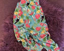 Klarblå jumpsuit med färgglatt tropiskt mönster med blommor, aror, grodor och tukaner från My wear stl 98/104