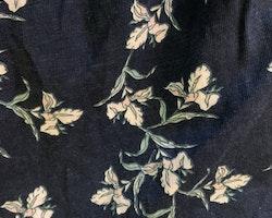 Mörkblå sommarklänning med blommönster i ljusrosa, vitt och grönt från Lager 157 stl 100