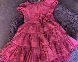 Mörkrosa festklänning med vid kjol med extra tyll och rosett från Lindex stl 104