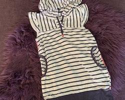 Vitblårandig kortärmad klänning med huva och fickor från Name it stl 104