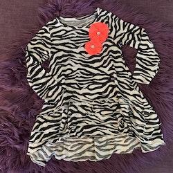 Zebrarandig klänning med neonrosa dekorationer från Lindex stl 98