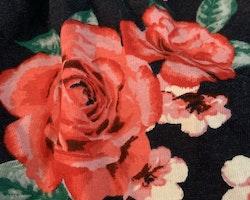 Mörkblå sommarklänning med blommönster i rött, rosa, grönt och vitt från HM stl 98/104