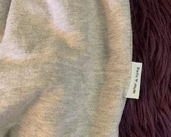 Grå kortärmad ballongklänning i sweatshirttyg från Mini a ture stl 104