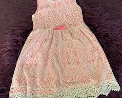 Neonrosa klänning med vit spets ovanpå från HM stl 98/104