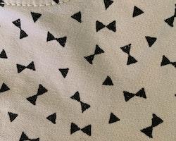 Ljusrosa shorts med svarta rosetter från HM stl 104
