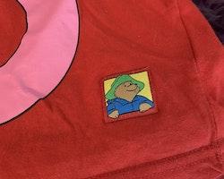 Röd t-shirt med Paddington och en rosa kjol från Paddington Bear och HM stl 98/104