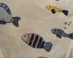 Vit kortärmad omlottbody med fiskmönster och ett par vit- och blårandiga shorts från Lindex & HM stl 56