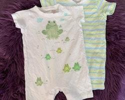 Två vita kortärmade och kortbenta pyjamaser varav en är randig och en grodmönstrad från HM stl 62