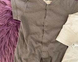 Två grå kortärmade och kortbenta pyjamaser varav en med björnöron och ansiktstryck från HM stl 62