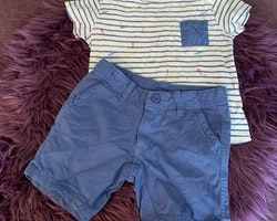 Vit t-shirt med blå ränder och små surfare och ett par blå shorts från Zara & Pebble Stone stl 104 + 98