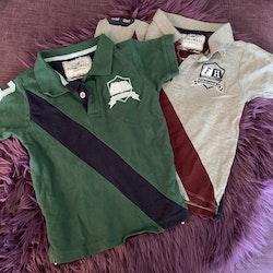 En grå och vinröd piké och en grön och mörkblå från Flynn & Holly stl 98/104
