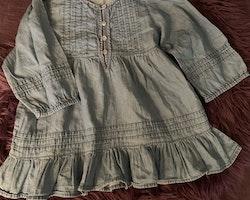Tunn långärmad denimklänning från Lindex stl 116