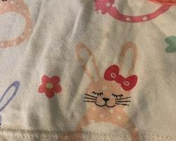 Vit kortärmad kaninmönstrad klänning med rosavit prickiga ärmar och fickor från Lindex stl 116
