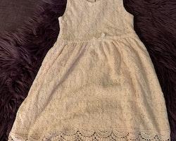 Ljusrosa spetsklänning från HM stl 110/116