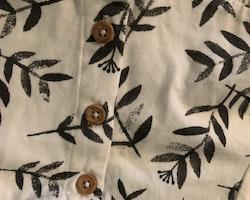 Vit kortärmad klänning med mörkgrått växtmönster från Lindex stl 74