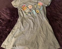 Grå kortärmad klänning med färgglatt mönster av snäckor och en sjöhäst från Lupilu stl 110/116