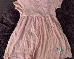 Rosa kortärmad klänning med litet ficktryck i vitt, gult, blått och turkost från Lupilu stl 110/116